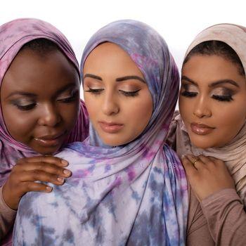 Pasangan muslim suami istri yang berasal dari Toronto, Ontario, Kanada ini yang dikenal karena konten edukasi di TikTok dan YouTube. Kini keduanya membuat gebrakan terbaru dengan terjun ke dunia industri hijab.