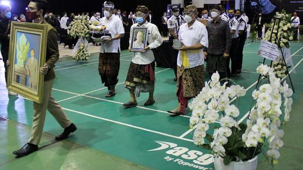 Setelah upacara selesai, jenazah almarhum I Gede Ardika dibawa ke TPU Cikadut untuk dikremasi. Yudha Maulana/detikcom.