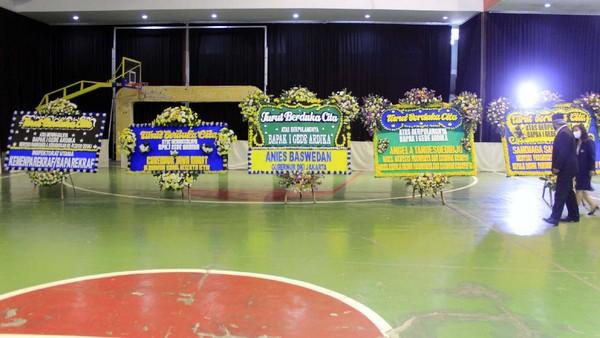 Karangan bunga pun berdatangan dari mantan Menparekraf Wishnutama, Gubernur DKI Jakarta Anies Baswedan dan tokoh publik lainnya. Yudha Maulana/detikcom.