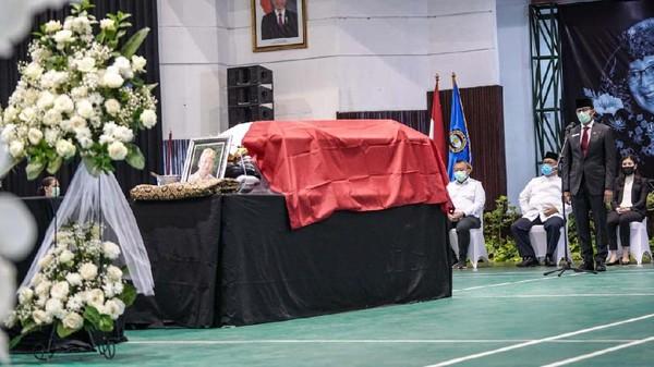 Menteri Pariwisata dan Ekonomi Kreatif (Menparekraf) Sandiaga Uno menjadi inspektur upacara penerimaan dan pelepasan jenazah almarhum I Gede Ardika di Dom Sekolah Tinggi Pariwisata (STP) Bandung, Senin (22/2/2021). (Menparekraf)