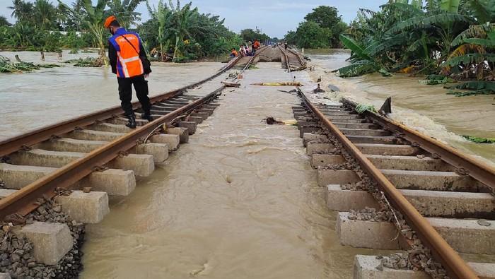 Banjir rendam rel di Kedunggedeh hingga Lemah Abang (Dok. PT KAI DAOP 1 Jakarta)
