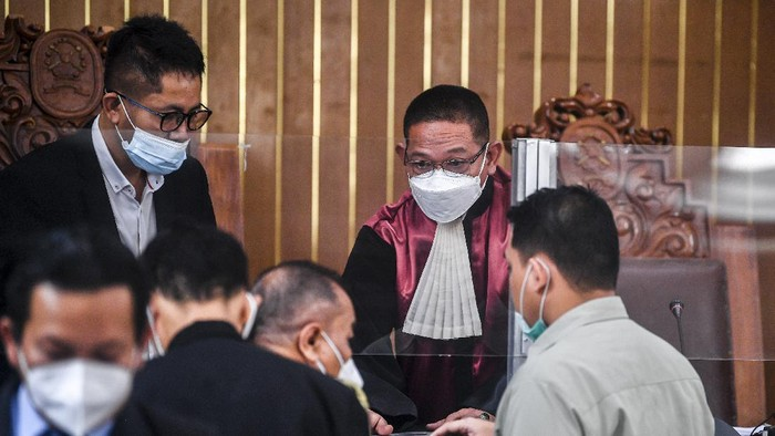 Kuasa hukum Rizieq Shihab Alamsyah Hanafiah (kanan) bersama tim kuasa hukum lainnya menyampaikan gugatannya saat sidang gugatan praperadilan terkait penetapan tersangka dan penahanan Rizieq Shihab di Pengadilan Negeri Jakarta Selatan, Senin (22/2/2021). Majelis hakim menunda sidang gugatan praperadilan tersebut dikarenakan pihak pemohon salah mengirimkan surat gugatan, sehingga sidang akan dilanjutkan kembali pada 1 Maret 2021. ANTARA FOTO/Muhammad Adimaja/aww.