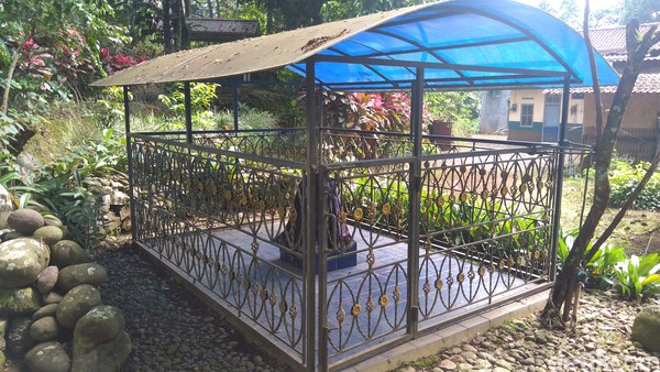Batu besar yang berada di dukuh pangebonan Desa Cipaku, Kecamatan Mrebet, Kabupaten Purbalingga, Jawa Tengah menyisakan berbagai misteri. (Foto: Vandi Romadhon/detikcom)