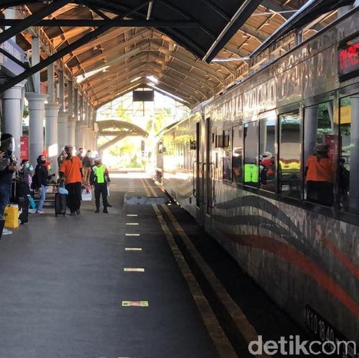 PT KAI DAOP 8 Surabaya juga membatalkan perjalanan kereta api (KA) tujuan Jakarta untuk hari ini. Pembatalan ini karena jalur kereta masih terdampak banjir di DAOP 1 Jakarta.