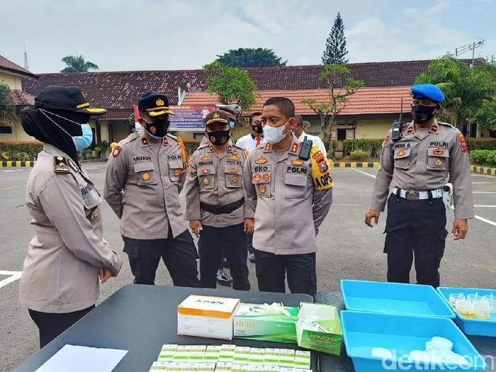 Sebanyak 400 anggota Polresta Kediri menjalani tes urine. Ini sebagai bentuk pencegahan pengedaran dan penggunaan narkoba.