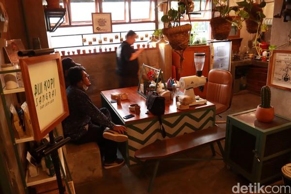 Di The Hallway ini juga ada kedai kopi berkonsep industrial dengan suasana jadul.