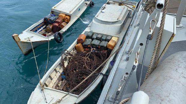 Tim patroli TNI AL pergoki aksi pencurian muatan kapal tongkang di Kepri