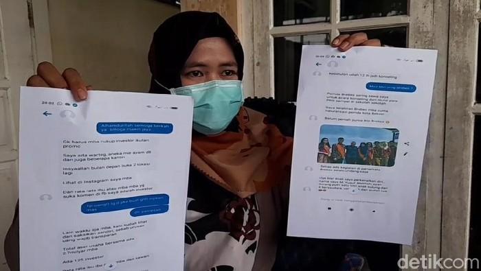 TKW asal Taiwan, Nur Yuliati menunjukkan bukti-bukti transaksi pengiriman uang ke M Yusuf Sudarsono