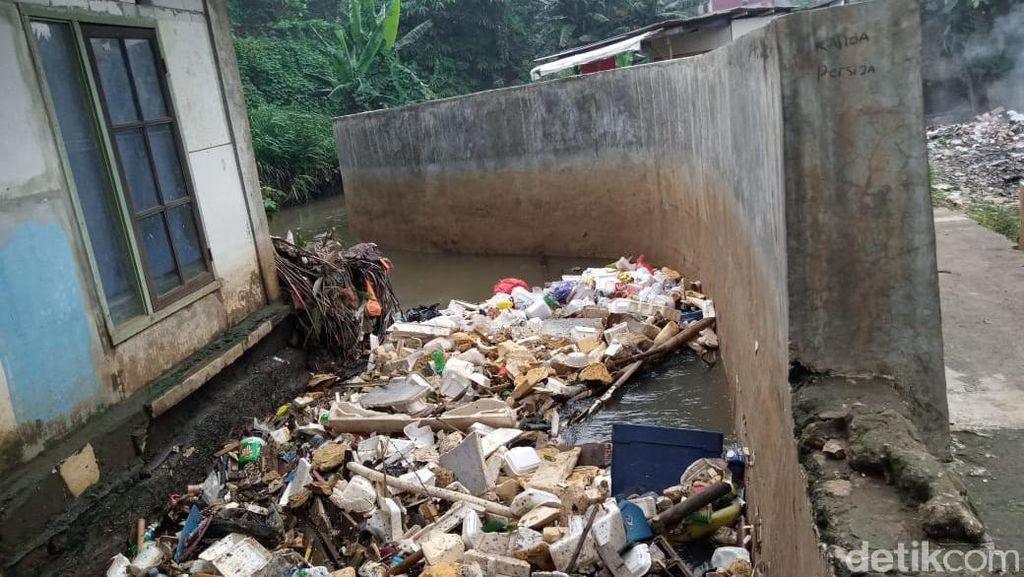 Centang Perenang Sampah di Tanggul Baswedan Usai Banjir di Jatipadang