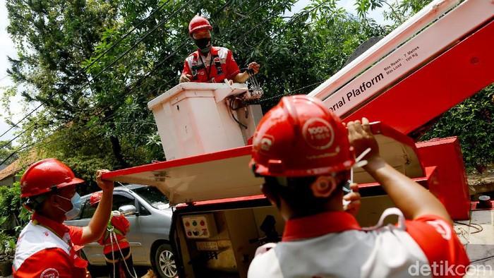 PT. Telkom Indonesia melakukan perawatan dan perbaikan jaringan internet pascabanjir di sejumlah wilayah yang terdampak agar semua layanan dapat kembali normal.   Direktur Network & IT Solution Telkom Herlan Wijanarko (kanan) meninjau perawatan jaringan internet di Perumahan Pondok Karya, Jakarta, Senin (22/2/2021).