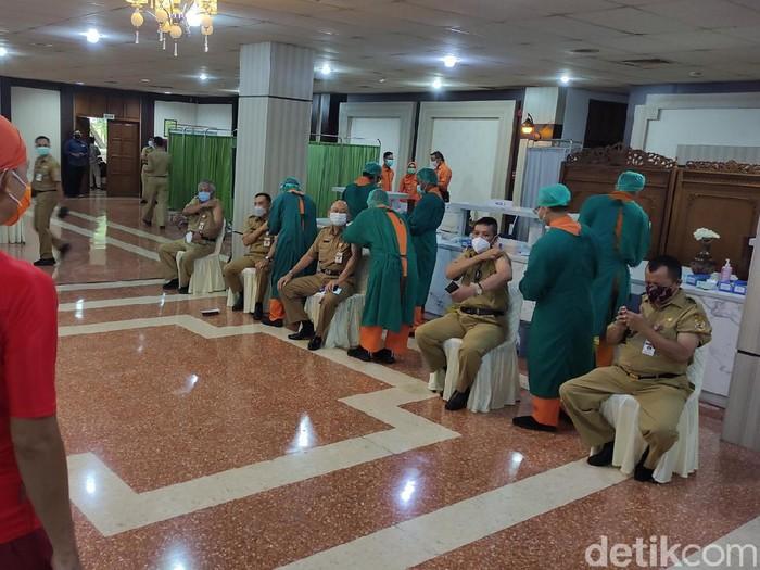 Vaksinasi Corona gelombang kedua di Jateng, Semarang, Senin (22/2/2021).
