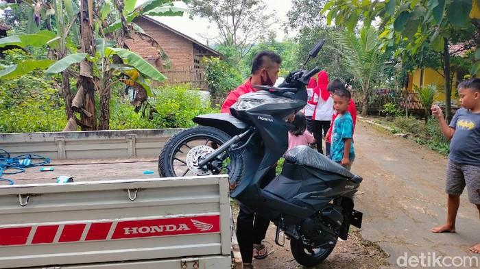 Rupanya, desa miliarder ada juga di Desa Kawungsari, Kecamatan Cibereum, Kabupaten Kuningan, Jawa Barat. Warga Desa Kawungsari yang terdampak pembangunan Bendungan Kuningan ini memborong ratusan sepeda motor setelah mendapat uang ganti untung.
