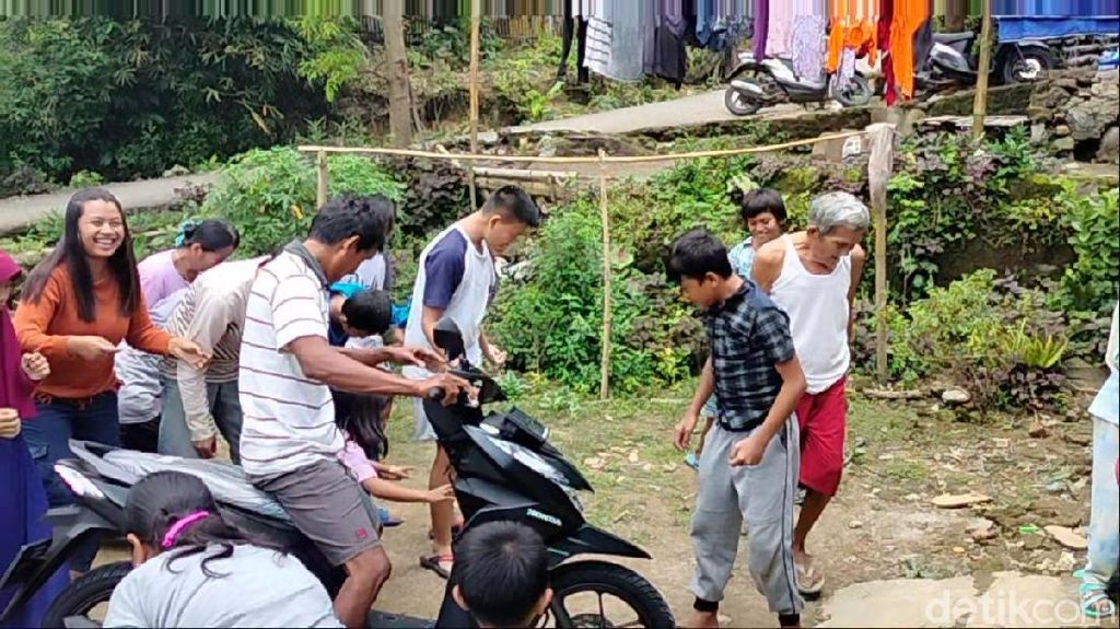 Warga Kampung Miliarder di Kuningan Saweran Usai Beli Ratusan Kendaraan