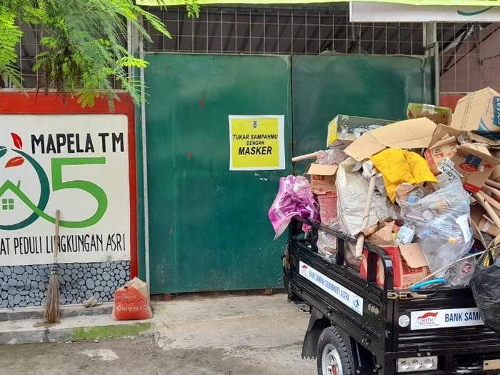 Warga RW 05 Telaga Murni Cikarang Barat tukar sampah dengan masker