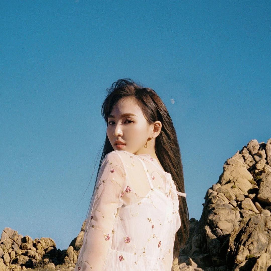Wendy Red Velvet tengah berulang tahun dan genap berusia 27 tahun hari ini, Minggu (21/2/2021). Vokalis utama Red Velvet ini dikenal penggemar sebagai member yang dermawan dan berasal dari keluarga kaya. Penasaran kekayaan Wendy Red Velvet?