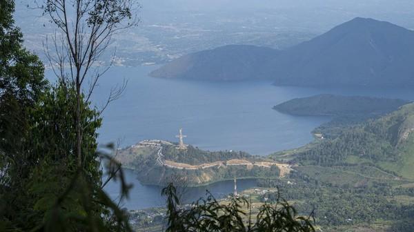 Wisata menara pandang tersebut menyajikan keindahan panorama Danau Toba.