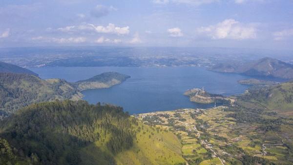 Selain itu wisatawan juga bisa menikmati keindahan pegunungan Samosir.