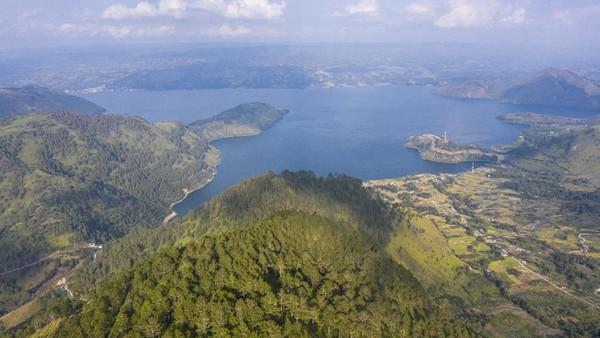 Foto aerial Danau Toba dari kawasan wisata menara pandang Tele di Turpuk Limbong, Harian, Kabupaten Samosir, Sumatera Utara.