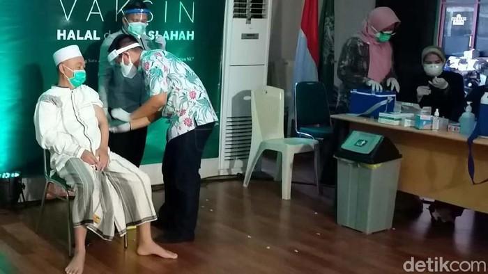 Sebanyak 98 kiai dan tokoh Nahdlatul Ulama (NU) Jatim menerima vaksinasi COVID-19 perdana di kantor PWNU Jatim. Acara itu merupakan rangkaian kegiatan dalam rangka hari lahir (harlah) ke-98 NU yang jatuh pada 28 Februari nanti.