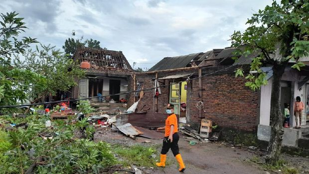 Angin puting beliung terjadi di Demak, Jawa Tengah sore tadi. Akibatnya, sejumlah rumah di kawasan Desa Karangsono, Kecamatan Mranggen rusak akibat diterjang puting beliung, Selasa (23/2/2021).