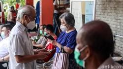 RSUD Kembangan, Jakarta Barat, mengadakan vaksinasi COVID-19 khusus untuk warga lanjut usia (lansia). Vaksinasi ini untuk mencegah penyebaran virus tersebut.
