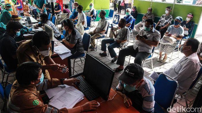 Para lansia antri untuk memperoleh vaksin COVID-19 di RSUD Kembangan, Jakarta Barat, Selasa (23/2/2021). Antrian yang sempat viral pada Minggu (21/2) sudah tidak terlihat lagi. Beberapa lansia mengantre dengan ditemani oleh keluarga yang masih muda.