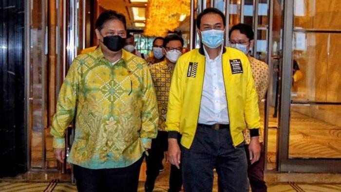 Ketua Umum DPP Partai Golkar, Airlangga Hartarto saat menerima Azis Syamsuddin bersama perwakilan PDK Kosgoro 1957 di Jakarta, Senin (22/2/2021).