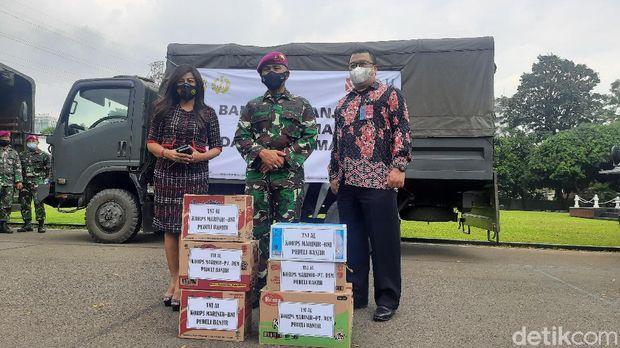 Bantuan dari marinir untuk korban banjir di Bekasi-Karawang (Fathan/detikcom)