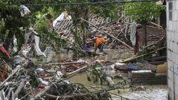 Melihat Kerusakan Akibat Jebolnya Tanggul Sungai Citarum