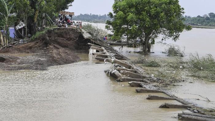 Warga mencari barang-barang yang masih bisa diselamatkan di area rumahnya yang hancur akibat tergerus arus setelah jebolnya tanggul Sungai Citarum di Desa Sumber Urip, Pebayuran, Kabupaten Bekasi, Jawa Barat, Selasa (23/2/2021). Sejumlah rumah di daerah itu mengalami kerusakan ringan hingga hancur akibat diterjang arus yang disebabkan jebolnya tanggul Sungai Citarum pada Minggu (21/2) dini hari. ANTARA FOTO/Hafidz Mubarak A/aww.