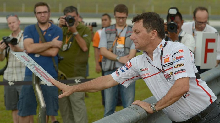 Fausto Gresini, team manager of San Carlo Honda Gresini pays his respects during a tribute to Italian rider Marco Simoncelli, who died during an accident at the 2011 Malaysian Grand Prix, in Sepang on October 18, 2012. The Malaysian grand prix begins October 19 to 21. AFP PHOTO / MOHD RASFAN (Photo by MOHD RASFAN / AFP)