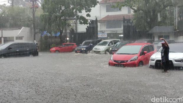 Kompleks kantor Gubernur Jawa Tengah (Jateng) di Kota Semarang kebanjiran sore ini. Sejumlah motor dan mobil tak luput terendam banjir.