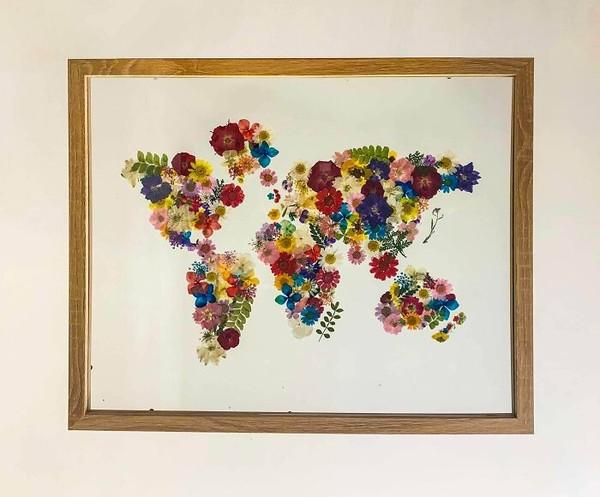 Peta dunia yang dibentuk dari bunga-bunga.
