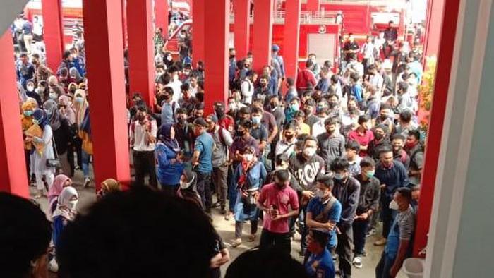 Foto viral di media sosial kerumunan pelamar kerja di Damkar Makassar (dok. Istimewa).