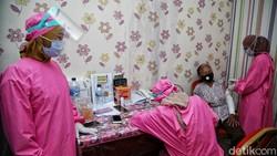 Sejumlah lansia di Puskesmas Kecamatan Cilincing, Jakarta Utara, tampak antusias mengikuti vaksin COVID-19.