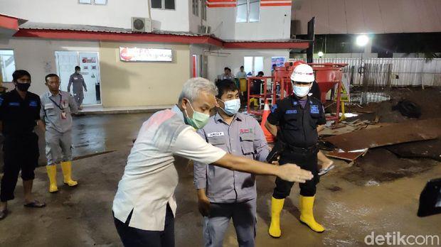 Gubernur Jateng Ganjar Pranowo mengecek kantornya yang sempat kebanjiran sore tadi, Selasa (23/2/2021).