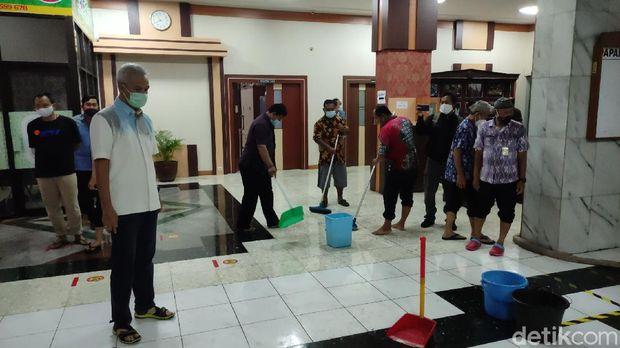 Gubernur Jawa Tengah (Jateng) Ganjar Pranowo mengecek kantornya yang sempat kebanjiran, Selasa (23/2/2021).