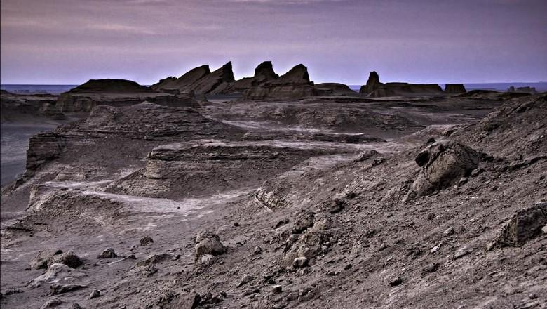 Salah satu tempat terpanas di bumi dimiliki oleh Gurun Dasht-e Lut. Panasnya mencapai lebih dari 70 derajat Celcius!