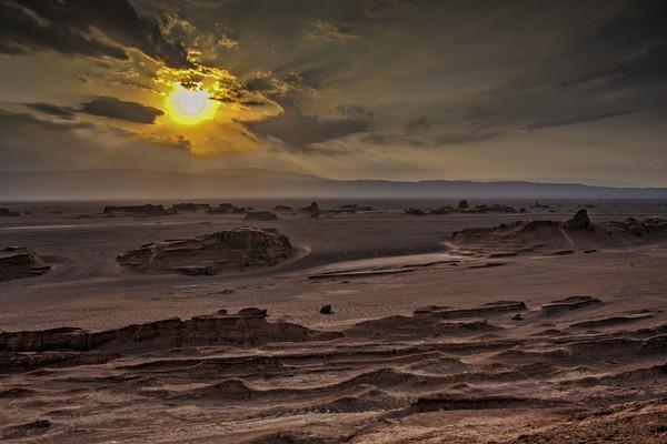 Traveler tahu gurun terpanas di dunia? Itu adalah gurun Dash-e Lut. Panasnya di sana mencapai 70 derajat celcius. Foto: (iStock)