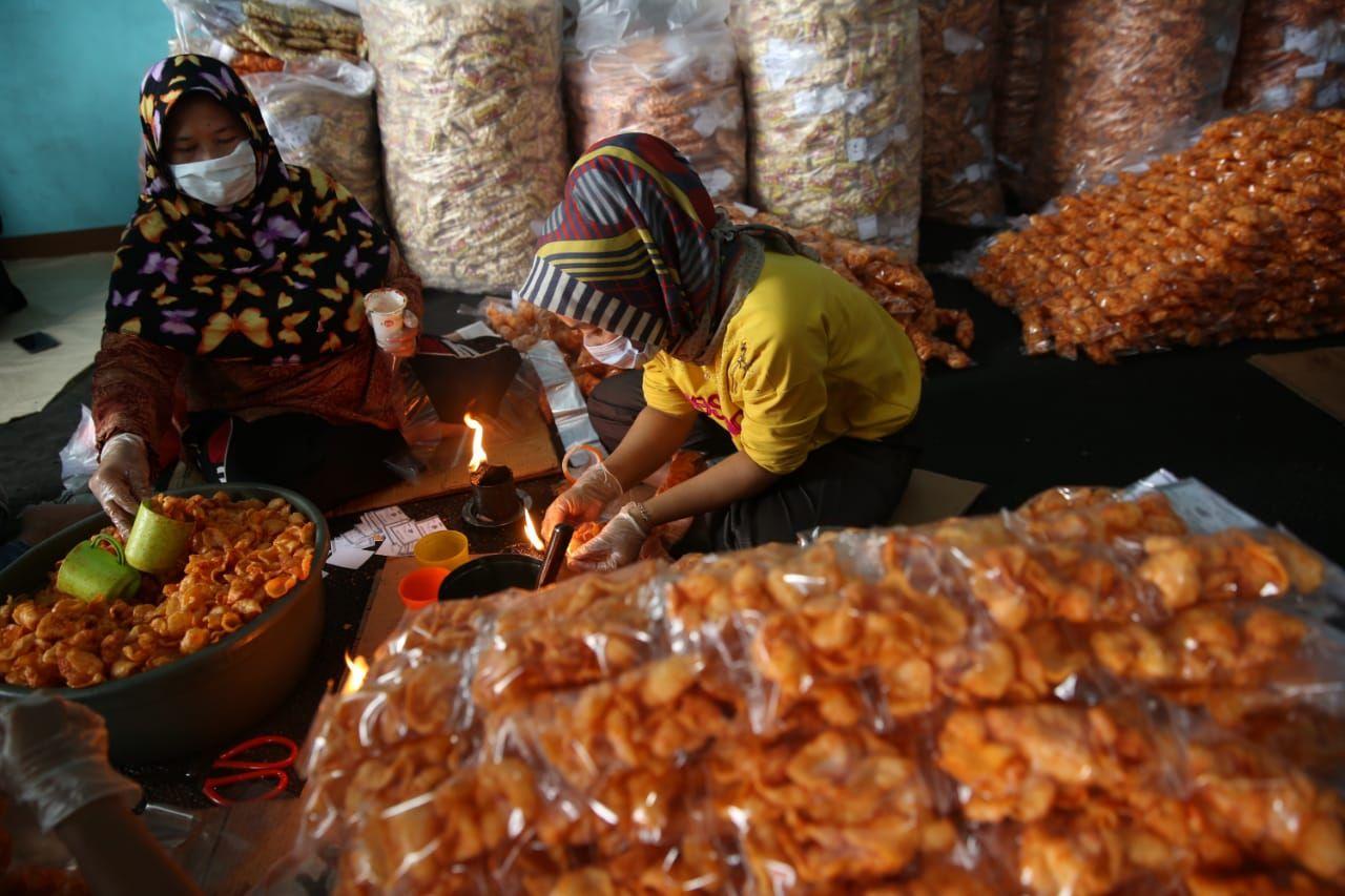 Industri pembuatan kerupuk di Kabupaten Bandung.