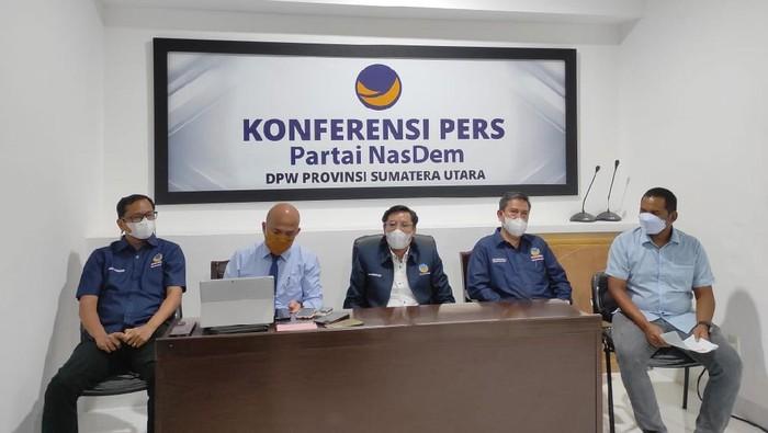 Ketua DPW NasDem Sumut Iskandar (tengah)