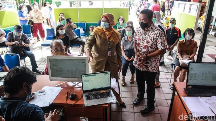 Wakil Ketua Komisi IX DPR RI Charles Honoris meninjau pelaksanaan vaksinasi Covid-19 kategori lansia di RSUD Kembangan, Jakarta Barat, Selasa (23/2/2021).