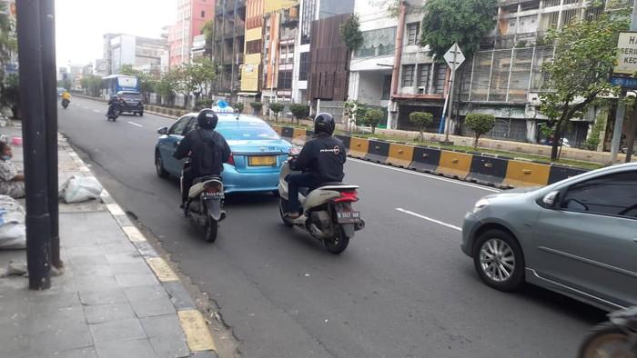 Kondisi lalu lintas di Jalan Pintu Besar Selatan menjelang Kawasan LEZ Kota Tua Jakarta.