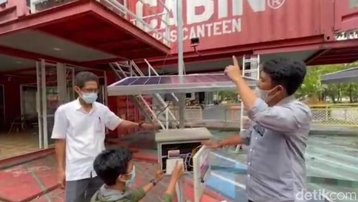 Mahasiswa UMI Makassar merakit penguat sinyal dan access point untuk dikirim ke dua dusun di Majene Sulbar untuk kebutuhan komunikasi warga terdampak gempa (Ibnu Munsir/detikcom)
