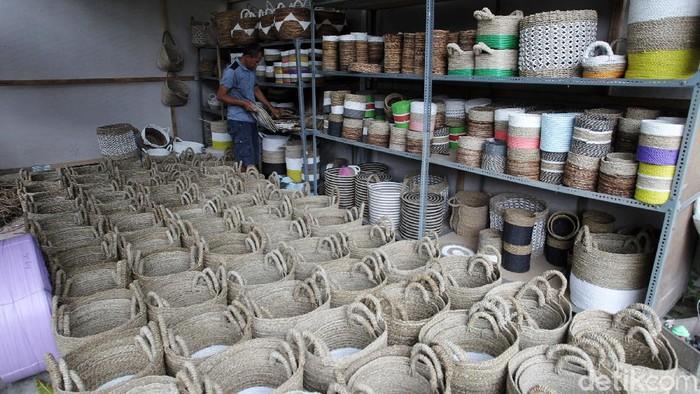 Lilik (48), perajin serat alam sedang menyelesaikan karpet berbahan dasar serat alam di industri rumahan Jaya Craft miliknya di Desa Tanjungharjo, Nanggulan, Kulonprogo, Yogyakarta, Selasa (23/2/2021). Kerajinan serat alam ini sudah ada sejak tahun 90-an.