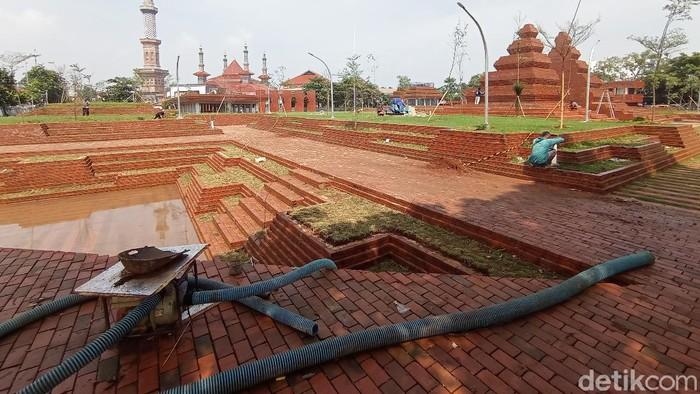 Melihat progres Alun-alun Kejaksan Cirebon yang akan selesai akhir Februari