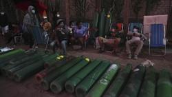 Warga Peru rela mengantre siang dan malam hingga tidur di jalan demi mendapatkan stok tabung oksigen untuk keluarga mereka yang terinfeksi virus Corona.