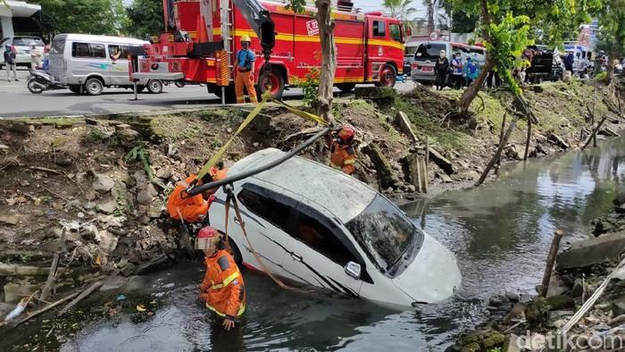 mobil tercebur sungai di surabaya