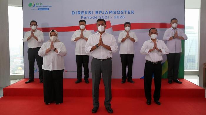 Presiden Joko Widodo (Jokowi) telah melantik jajaran Direksi BPJS Ketenagakerjaan atau BPJAMSOSTEK periode 2021-2026 di Istana Negara.