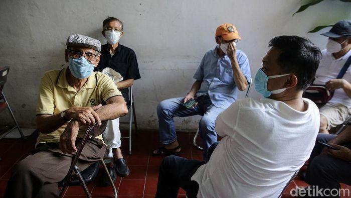 Vaksinasi COVID-19 mulai dilakukan kepada kelompok lansia di DKI Jakarta. Salah satu lokasi pemberian vaksin berada di Puskesmas Pondok Pinang, Jaksel.
